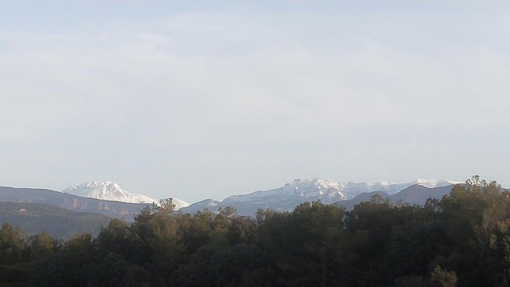 La serra d'Ensija i el Pedraforca amb força neu.