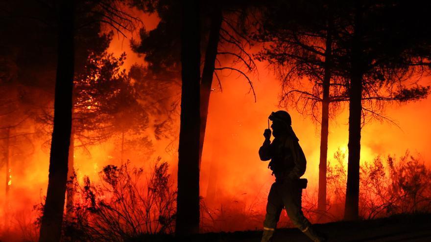 """Mejora el incendio forestal en Serradilla del Arroyo (Salamanca) aunque no se descartan """"posibles reproducciones"""""""