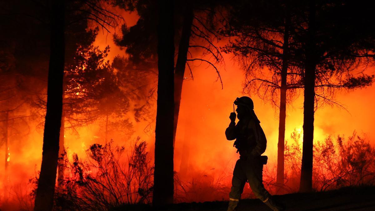 Un bombero trabaja intentando apagar el incendio.