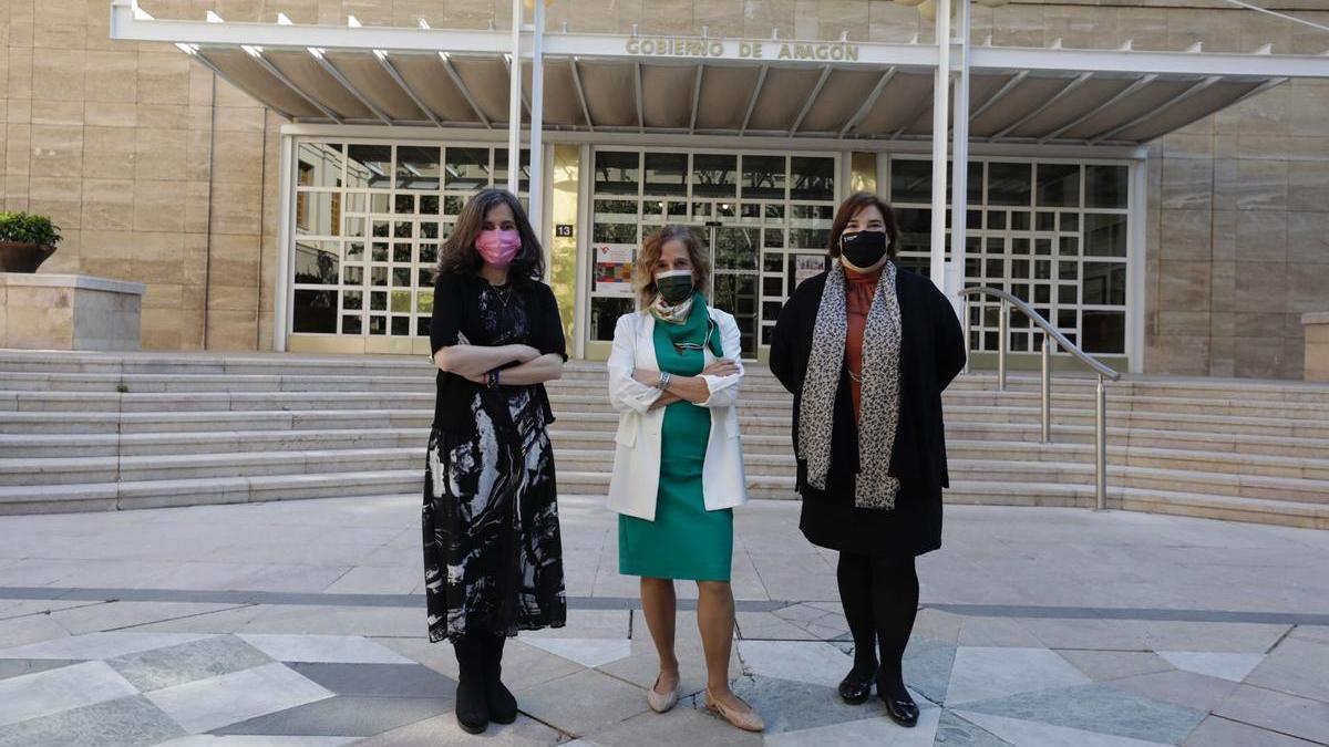 Rosa Duarte, Miriam Ferrer y Mari Luz Hernández, antes de la presentación de los estudios.