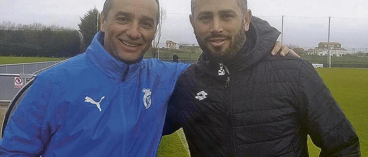 José Luis Oltra y Manu Preciado, ayer, en La Albericia, tras el entrenamiento del Racing.