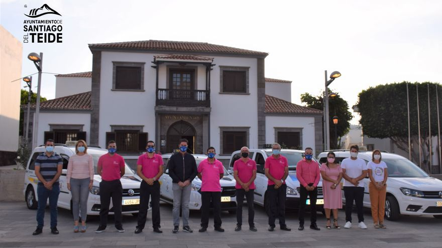 La Asociación de Taxistas Profesionales de Santiago del Teide se viste de rosa para visibilizar la lucha contra el cáncer de mama