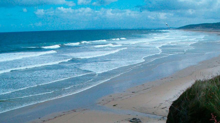 La Guardia Civil disuelve un 'macrobotellón' de 300 personas en la playa de Razo