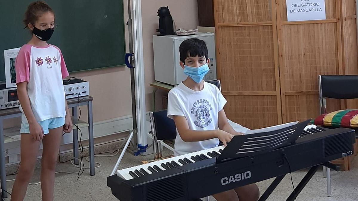 Dos alumnos en clase de piano en la edición pasada