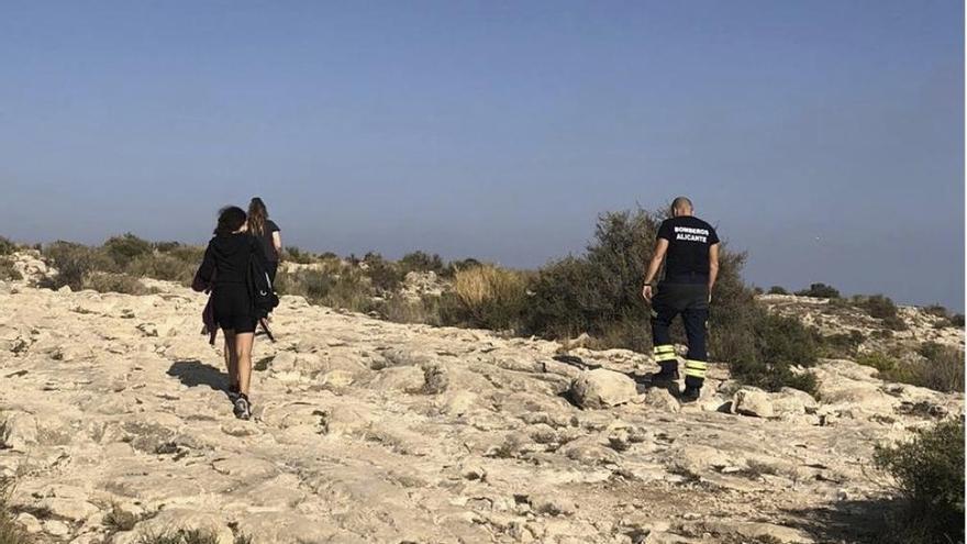 Los bomberos del SPEIS rescatan a dos jóvenes atrapadas en la cima de la Serra Grossa en Alicante