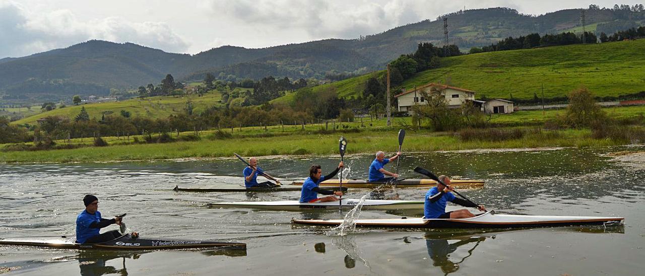 Miembros del club, entrenando en la ría de Villaviciosa. | Olaya Pena