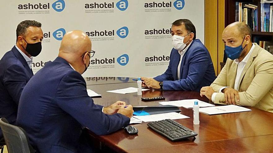 Frente común de Santa Cruz de Tenerife y Ashotel para salvar la campaña de invierno