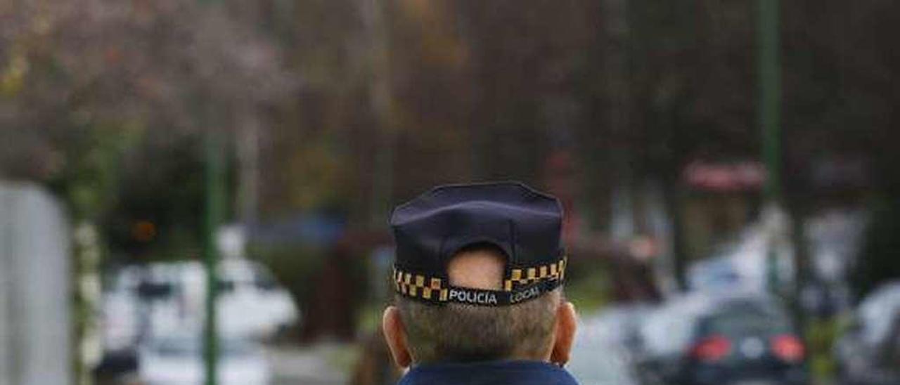 Dos agentes de la Policía Local de Avilés, durante un servicio.