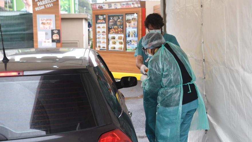 A Coruña realiza desde hoy pruebas del virus a pacientes sin que se bajen del coche