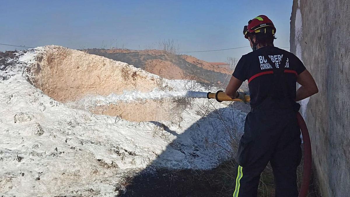 Un bombero del parque de Rionegro sofocando el fuego en las bodegas de Santibáñez de Vidriales.
