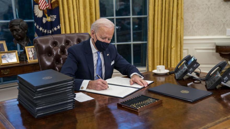 Joe Biden exprime al máximo sus primeras horas de gobierno firmando 17 órdenes ejecutivas