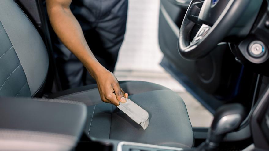 Así actúa el quitamanchas casero que dejará como nueva la tapicería de tu coche