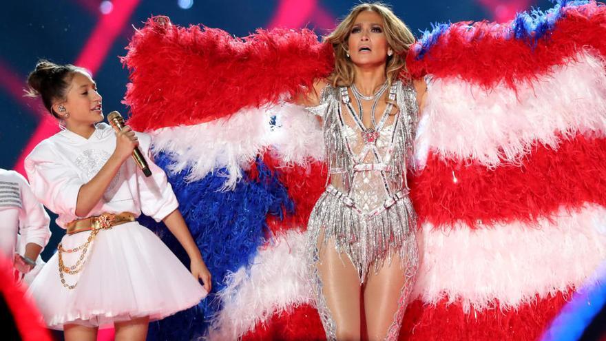 Críticas a Jennifer Lopez por usar plumas de ave en su bandera de la Super Bowl