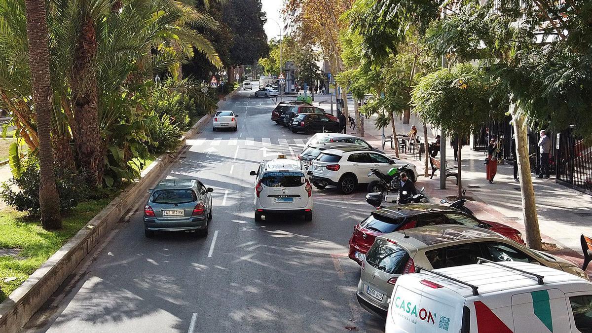 La avenida Ramón y Cajal perderá un carril de circulación y se pasará a aparcar en cordón para ampliar las zonas verdes y la acera. | ALEX DOMÍNGUEZ