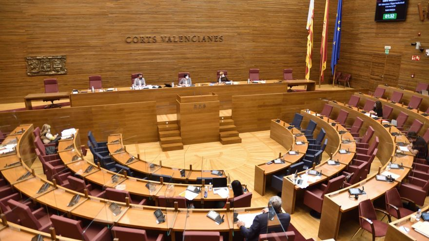 Las Corts recupera el público en las sesiones y elimina la mascarilla para el orador