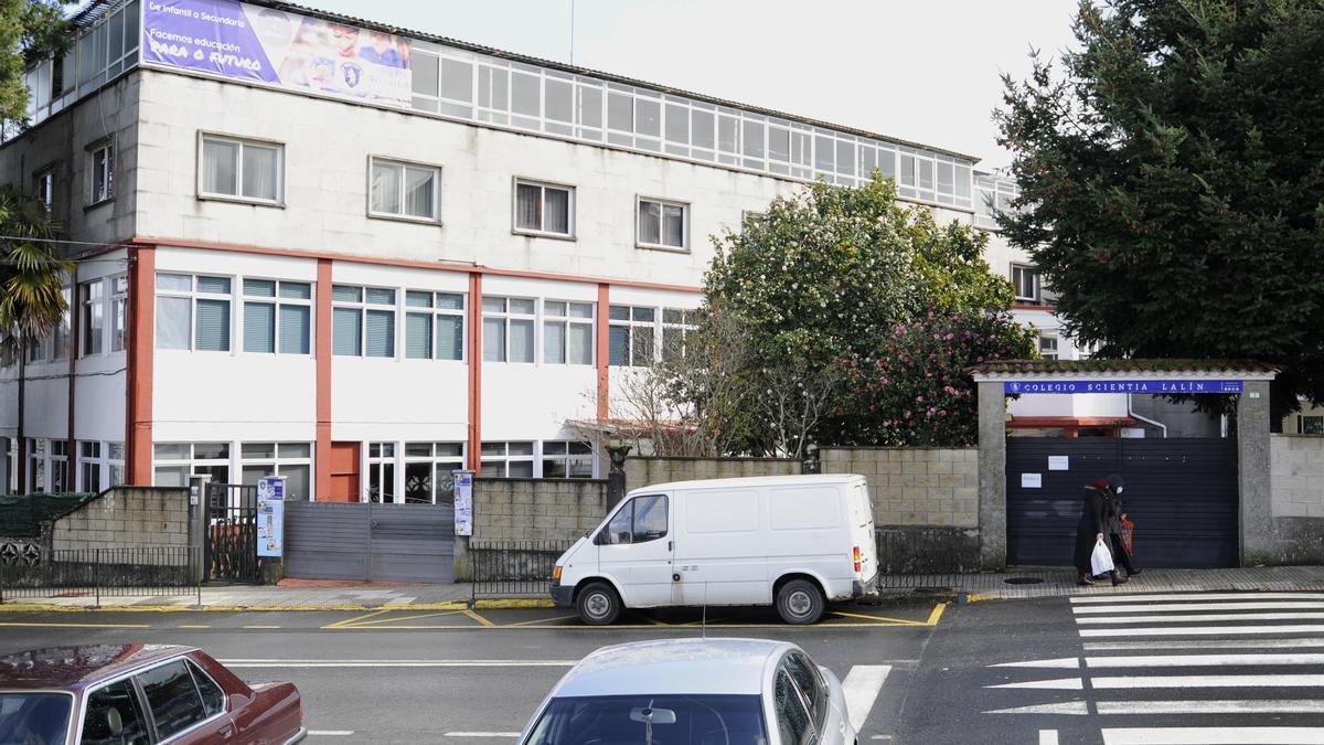 Edificio principal del Colegio Scientia Lalín en la calle Penatoares.
