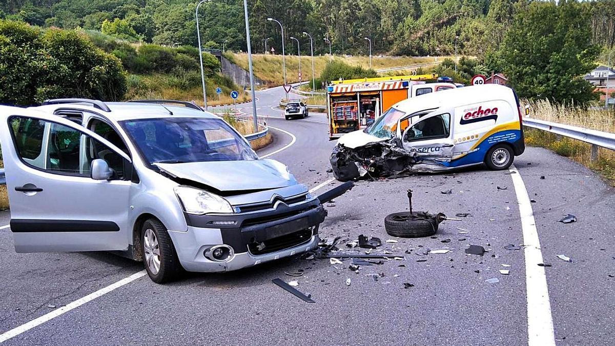 Las dos furgonetas que colisionaron en las proximidades del Hospital do Salnés.     // CEDIDA