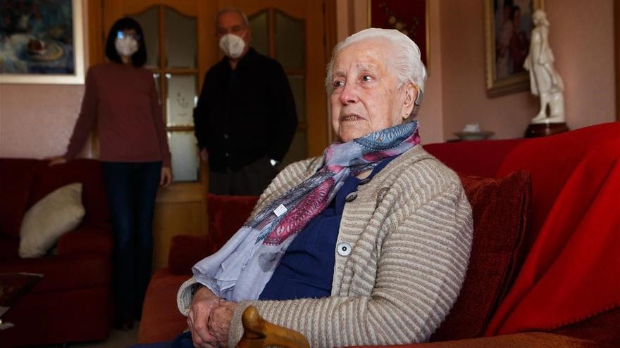 Rosario, la anciana desahuciada por error, vuelve a casa tres meses después