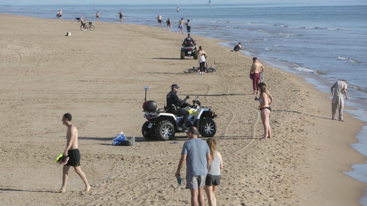 Controles de la Policía Local de Gandia en la arena de la playa.