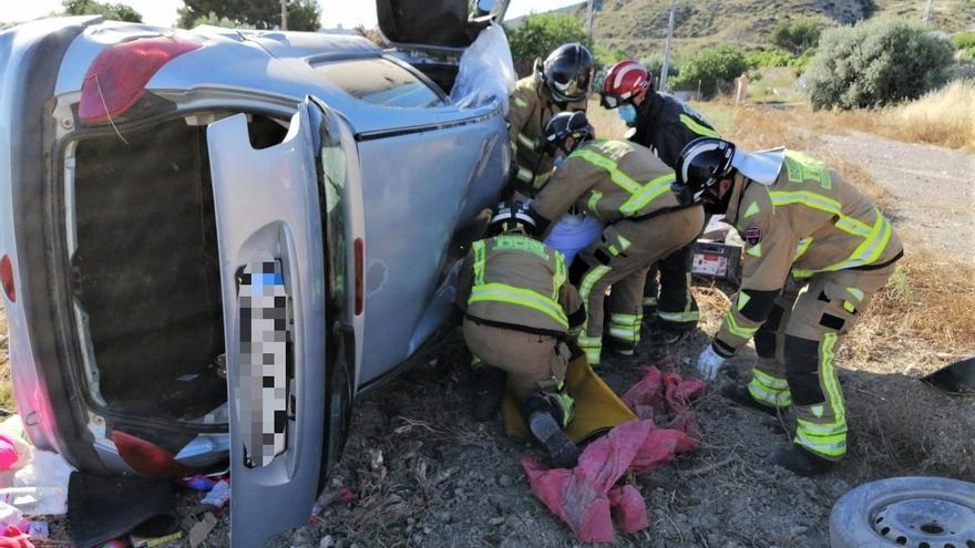 Rescatan a una conductora tras volcar su coche en Lorca y quedar atrapada