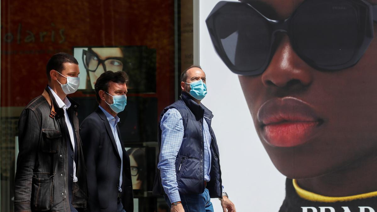 Tres hombres pasean por las calles de París