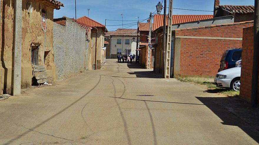 Vecinos de San Román recogen firmas para que vuelvan a abrir el consultorio