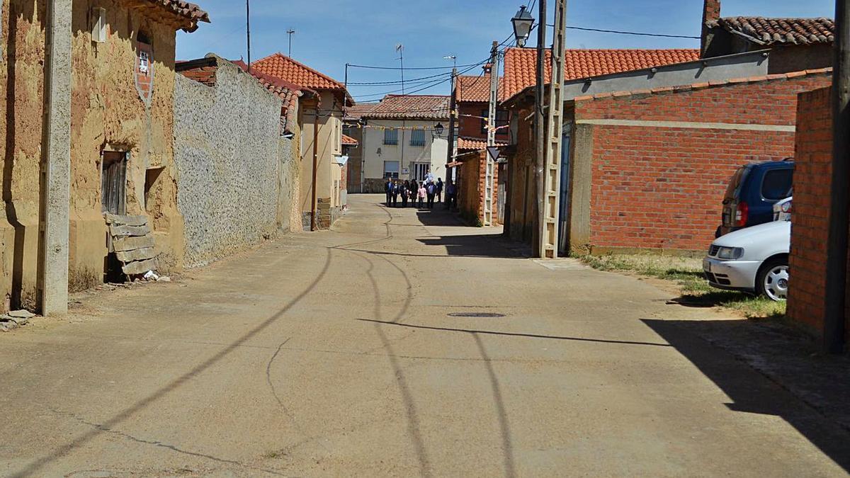 Una calle de San Román del Valle, donde se ha iniciado la recogida de firmas.   E. P.