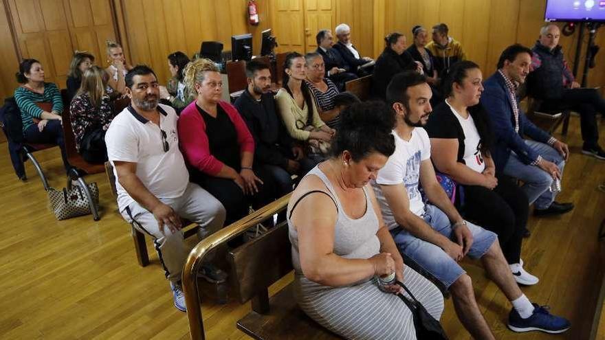 Aplazado el desahucio de las familias del poblado chabolista de Navia