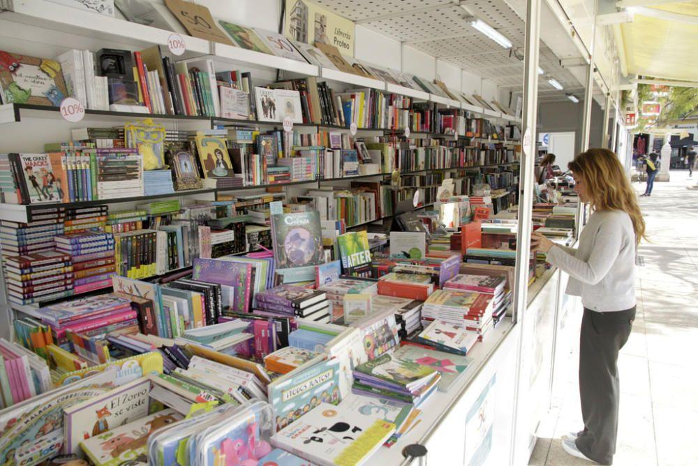 La fiesta de las letras de la ciudad, la Feria del Libro de Málaga que se ha desarrollado los últimos días en la plaza de la Merced concluye con los mejores datos de los últimos años