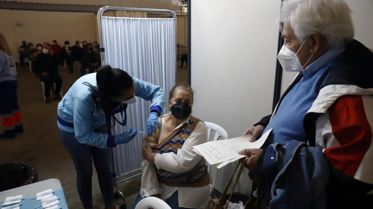 Una señora recibe su vacuna la pasada semana en el recinto ferial de Vélez Málaga