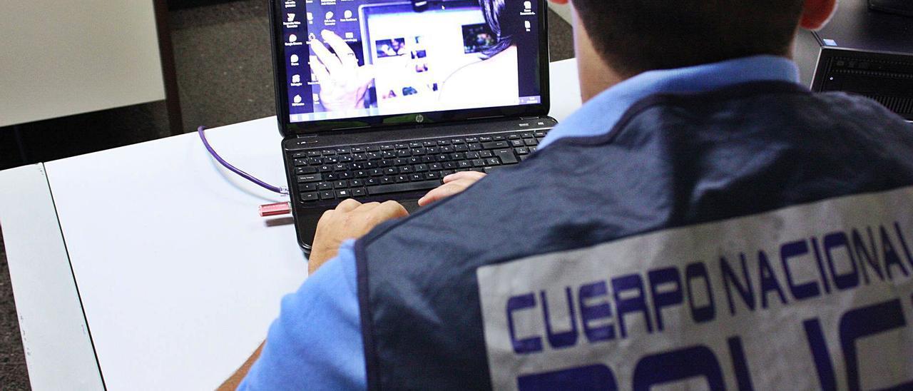 La Policía Nacional trata de determinar si se produjo un delito de pornografía infantil con las menores tuteladas. | CNP