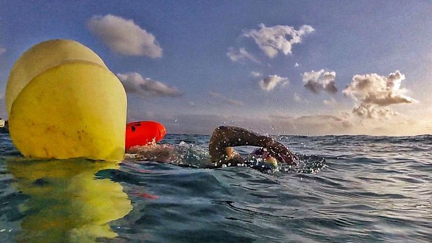 Deportistas y hoteleros piden que las boyas en la playa de San Juan se mantengan todo el año