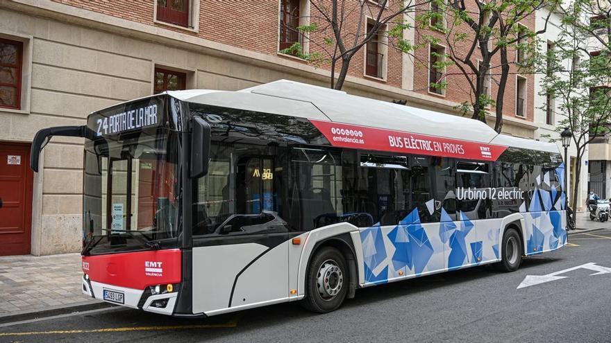 Una joven denuncia en Valencia que no le dejaron entrar al autobús por llevar mucho escote