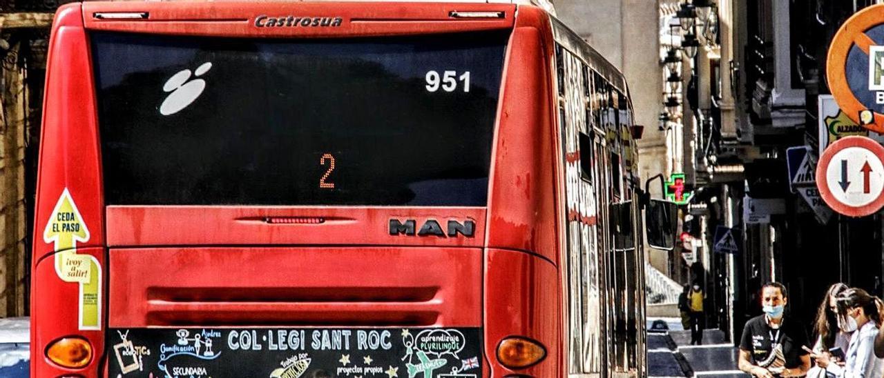 Un autobús urbano a su paso por la céntrica calle San Nicolás de Alcoy.  