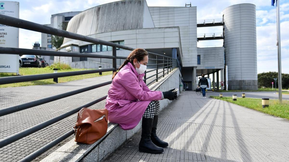 Una mujer con mascarilla en el exterior de Montecelo. // G. Santos