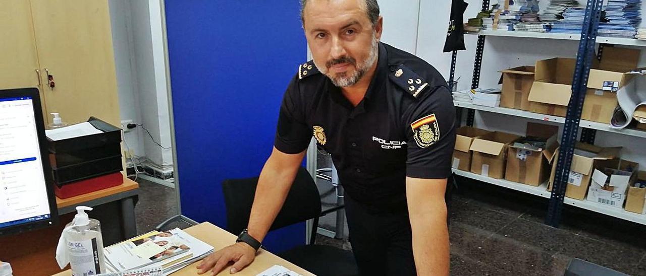El inspector Federico Chacón, en su despacho de la Jefatura de Policía de Palma.   X.P.