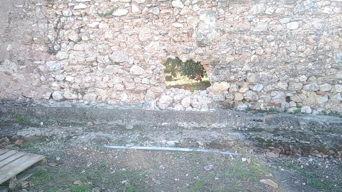 El agujero que los vándalos han hecho en el muro exterior del cenobio