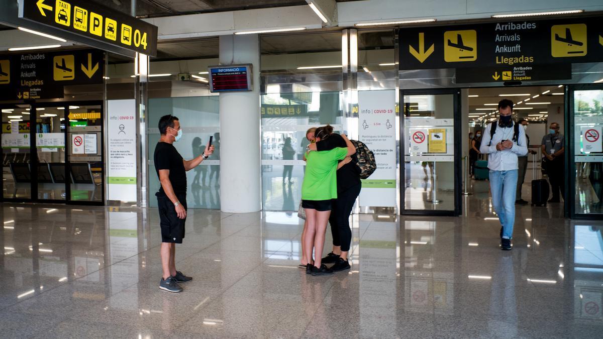 Dues persones s'abracen en l'Aeroport de Palma de Mallorca a Palma de Mallorca, Illes Balears (Espanya) a 1 de juliol de 2020.