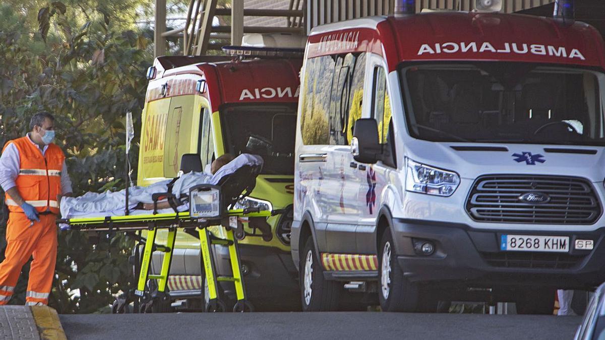 Ambulancias trasladando pacientes al hospital de Xàtiva, en una imagen de archivo. | PERALES IBORRA
