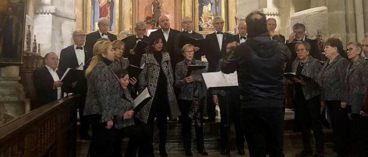 """La actuación de la coral """"Aires de Candás"""" en el monasterio de San Salvador de Cornellana."""