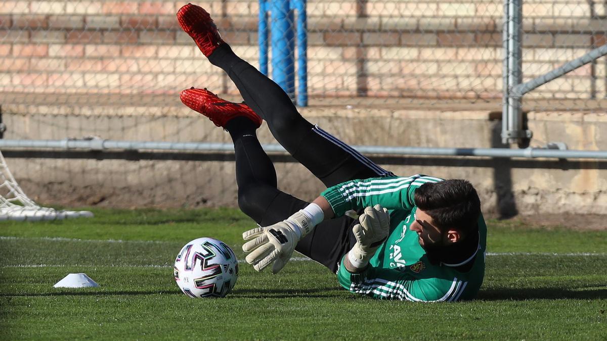 Ratón realiza una parada en un entrenamiento del Real Zaragoza.