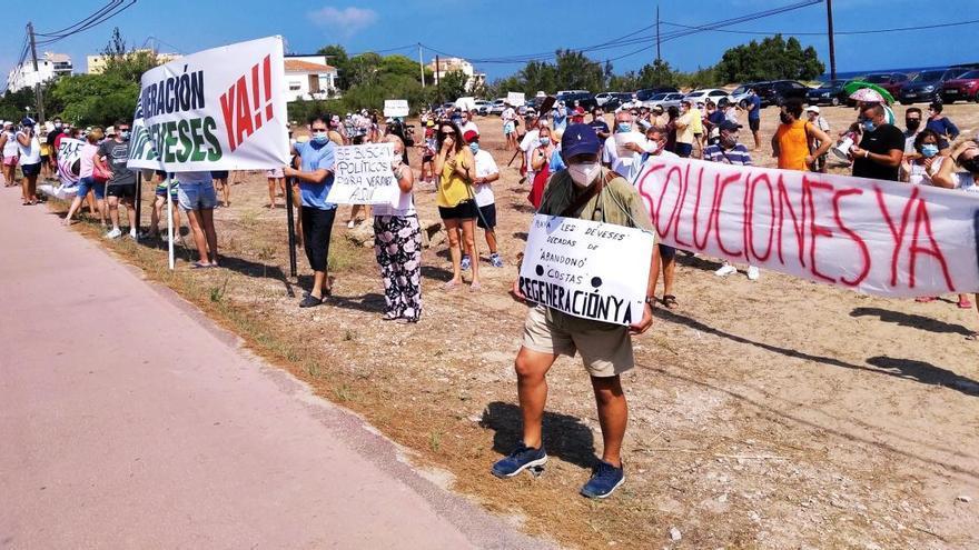 """Trescientos vecinos claman contra el """"total abandono"""" de la playa de les Deveses de Dénia"""