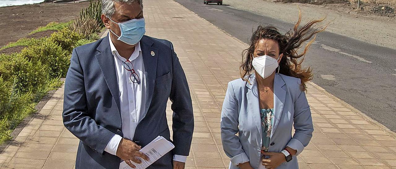 El alcalde Juan Jimenez y la concejala de Personal, Peña Armas, durante un acto en la avenida marítima.     LP/DLP