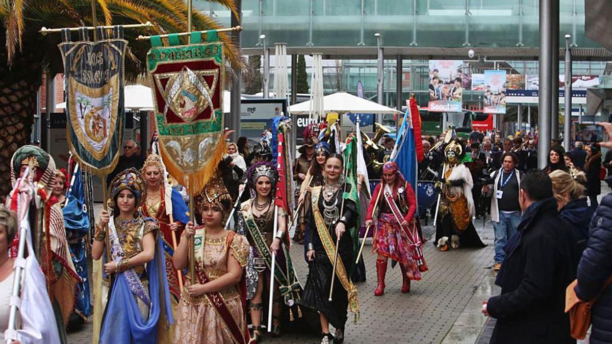 Festeros de la provincia desfilando por las avenida principal de Fitur en enero de 2020.