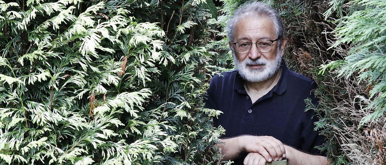 Daniel López-Acuña, en el jardín de su casa de Gijón.