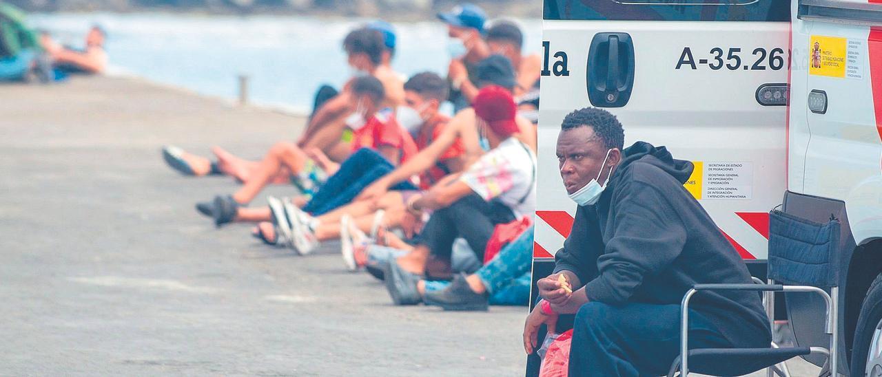 Un inmigrante descansa a su llegada al puerto lanzaroteño de Órzola tras ser rescatada su embarcación por Salvamento Marítimo.