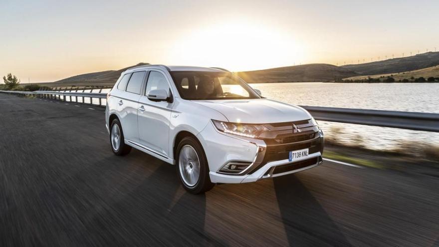 Mitsubishi regala la instalación del punto de carga a sus clientes de Outlander PHEV
