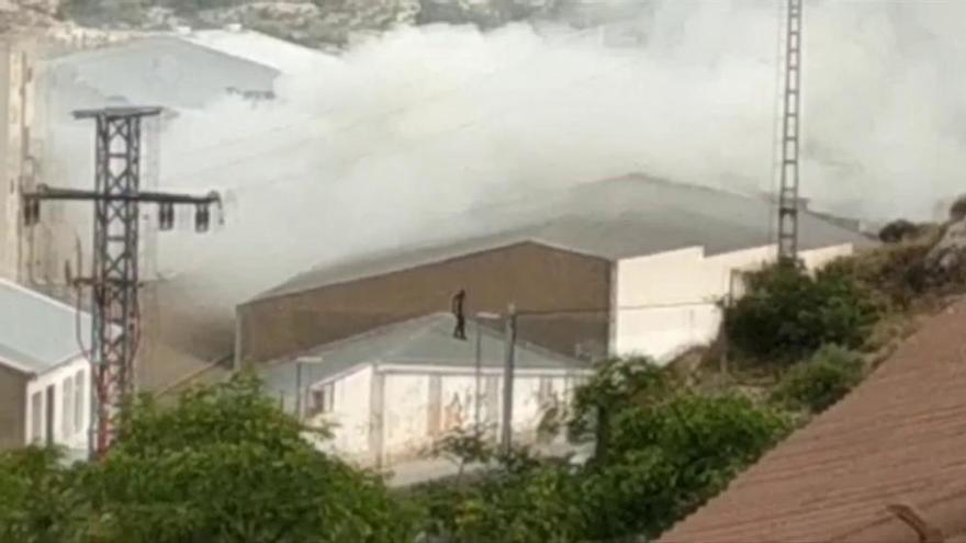 Aparatoso incendio en la fábrica de turrones Antiu Xixona