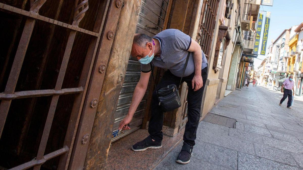 Un hombre junto un negocio de hostelería en Aranda de Duero.