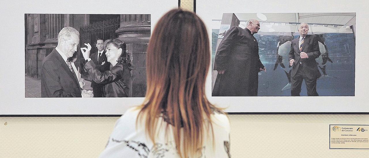 La diputada Nira Fierro, ante imágenes de la exposición sobre Adán Martín.
